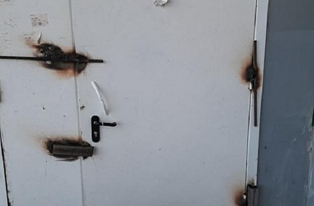 Псковитяне устали от шумящих грузчиков и заварили дверь в магазин