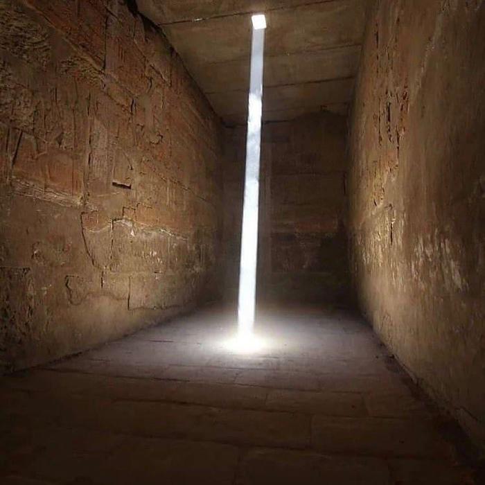 Солнечный свет проникает в святилище Амон-Ра в храме царя Рамзеса III, Египет