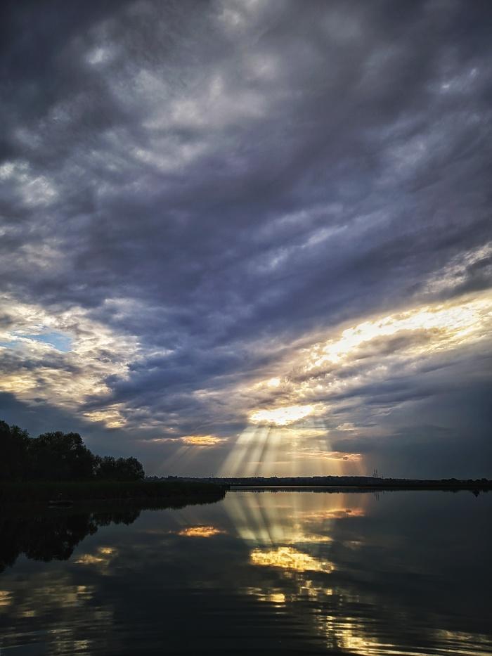 Рассвет в деревне на озере