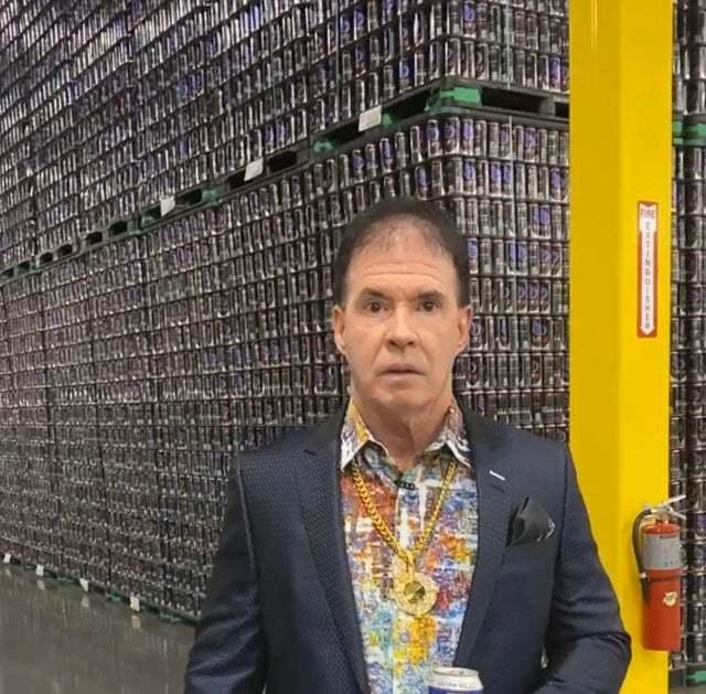 Исполнительный директор компании по производству энергетических напитков выглядит в точности так, как ты того ожидаешь