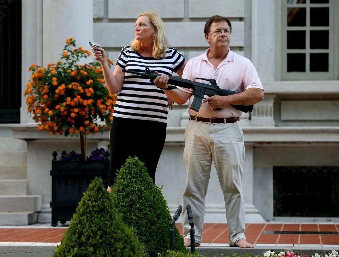 Семью Маккласки обязали заплатить штраф 750$ за защиту своего дома